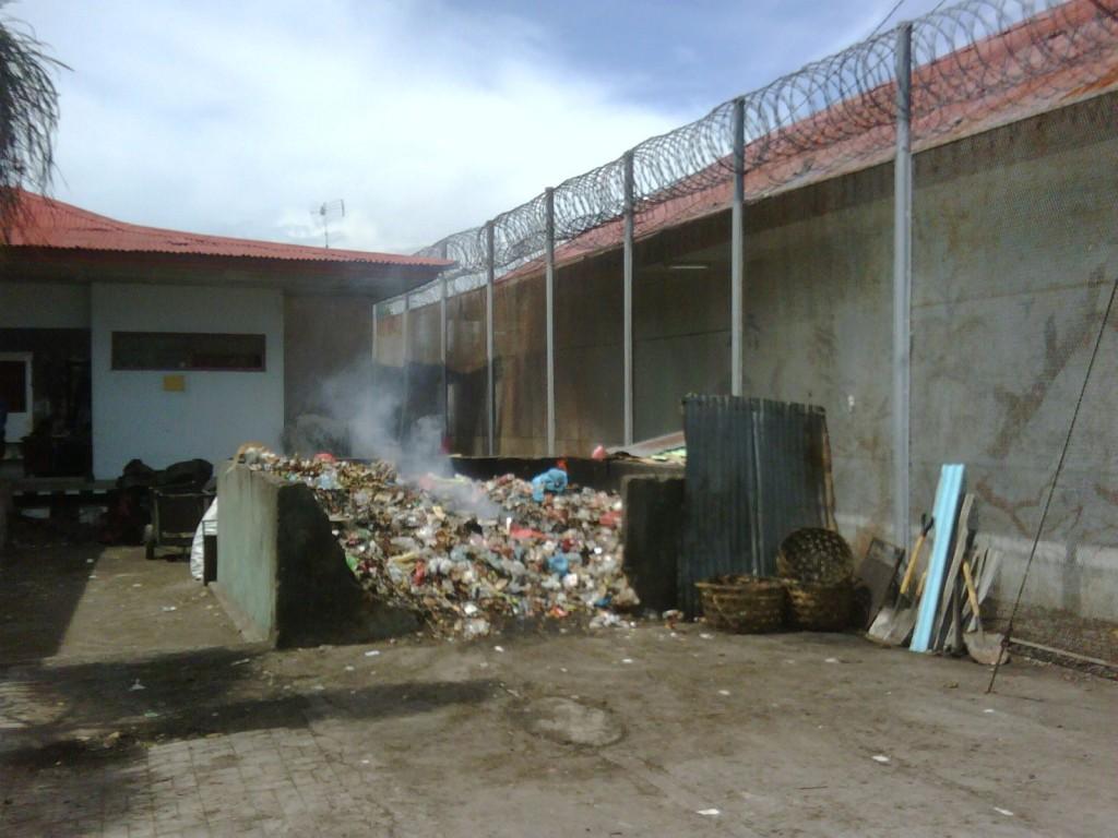 Die Müllentsorgung des Gefängnisses. Der beissende Geruch zieht jeden Tag genau in den Frauentrakt und mach das atem dort fast unmöglich